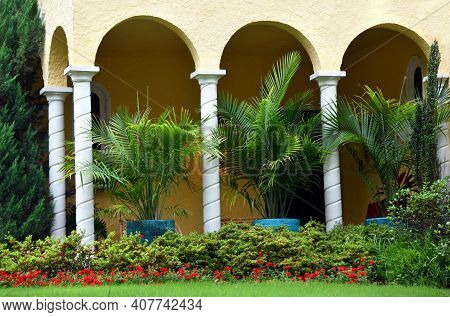 Arched Verdanza With White Pillars