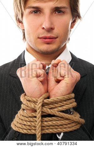 Mãos de empresário bonito amarradas com corda