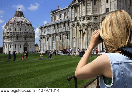 Pisa (pi), Italy - June 10, 2017: A Girl Take A Picture In \\\