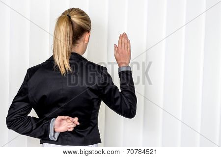 a woman says as a witness in court in a lawsuit. symbol photo for false statement