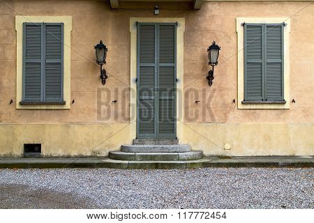 Brown Door  Europe  Italy  Lombardy       In  The Milano  Stret Lamp