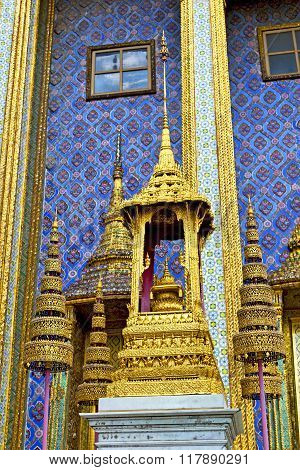 Pavement Gold    Temple   In   Bangkok  Blue