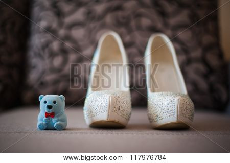 beautiful white shoes from bride with the teddybear fashion wedding
