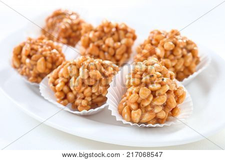 Sweet dessert with toffee and puffed rice .