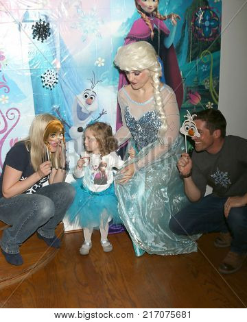 LOS ANGELES - NOV 26:  Adrienne Frantz, Amelie Bailey, Elsa Impersonator, Scott Bailey at the Amelie Bailey 2nd Birthday Party at Private Residence on November 26, 2017 in Studio City, CA
