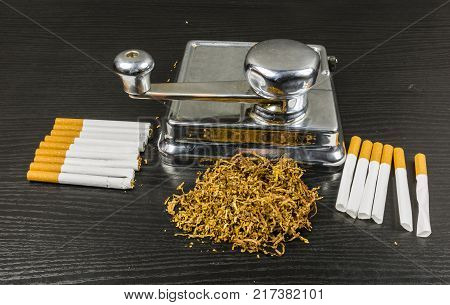 Feeder for manual application tobacco and cigarette paper for making cigarettes at home.