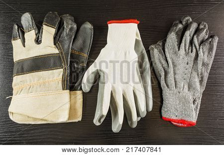 Presentation of examples of protective gloves for the employee in the workplace.