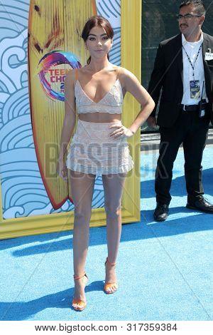 LOS ANGELES - AUG 11:  Sarah Hyland at the Teen Choice Awards 2019 at Hermosa Beach on August 11, 2019 in Hermosa Beach, CA