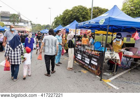 Kuala Lumpur, Malaysia, April 16, 2021: Muslim Queing To Buy Food From Street Bazaar For Iftar Or Br