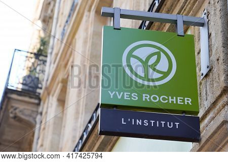 Bordeaux , Aquitaine France - 04 15 2021 : Yves Rocher L'institut Logo Brand And Text Sign Front Of