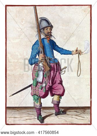 A soldier, full-length, to the right, holding a rudder  with his right hand, pointing the barrel up, before transferring his weapon to his left. A burning fuse in his outstretched left hand