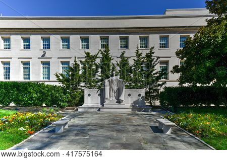 Washington, Dc - Apr 3, 2021: Monument To The National Society Of The Daughters Of The American Revo
