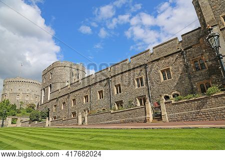 Windsor, Great Britain -may 25, 2016: Windsor Castle, King Henry Iii Tower And Round Tower On A Spri