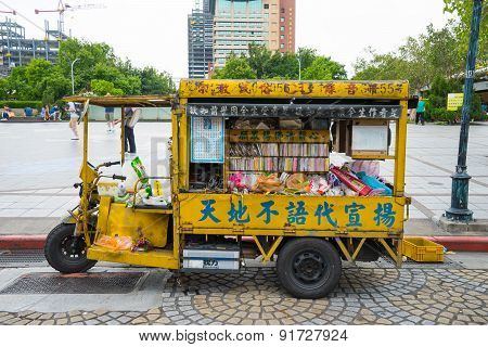 The tricycle in front of Longshan Temple