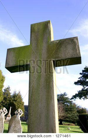 Stein Kruzifix in Einfriedung