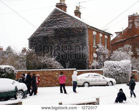 Kinder spielen im Schnee.