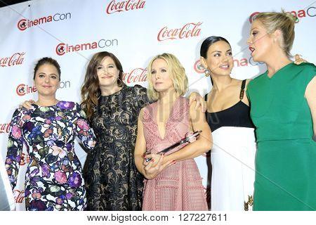 LAS VEGAS - APR 14:  Annie Mumolo, Kathryn Hahn, Kristen Bell, Mila Kunis, Christina Applegate at the CinemaCon Awards Gala at the Caesars Palace on April 14, 2016 in Las Vegas, CA
