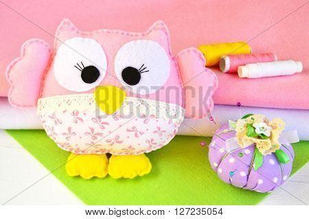 Cute felt owl toy, a set of threads, a pin cushion, felt pieces