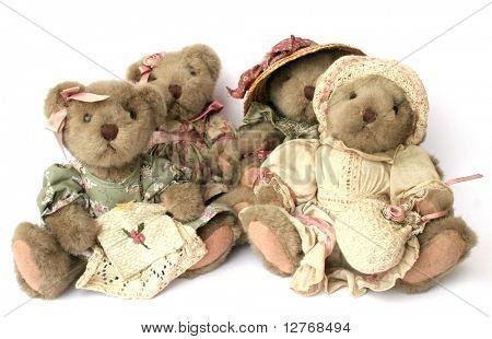 Cuatro osos de peluche vintage sobre blanco