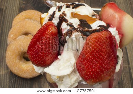 Ice cream with strawberries, helado con frutas, donuts