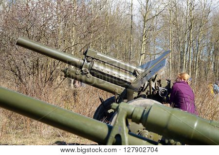 Russia.Saint-Petersburg.02.05.2016.Russia.Saint-Petersburg.April 23 2016.A woman wants to test how induced the barrel of a gun