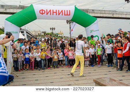 Tyumen, Russia - May 28, 2017: Green Marathon Of Sberbank On Tura Embankment. Start Of 5-6 Years Chi