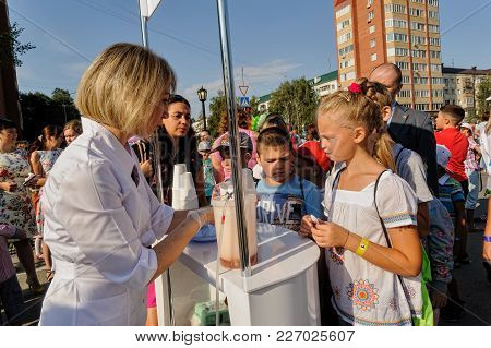Tyumen, Russia - August 26, 2016: Open Day Of Sberbank For Children. Point Of Distribution Of Oxygen