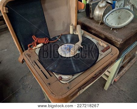 Old Vintage Good Looking Turntable With Vinyl. Vintage Vinyl Player, Retro