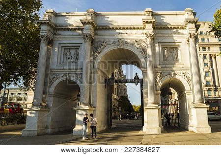 Marble Arch In London Modeled After The Constantine Arch In Rome And Arc D' Triumph In Paris