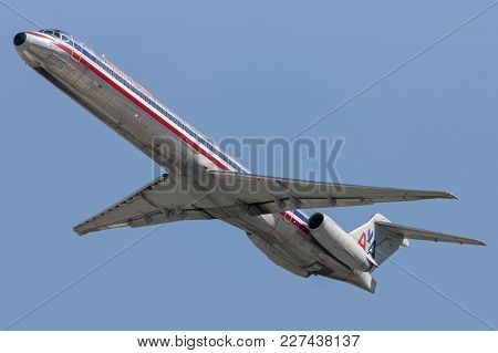 Los Angeles, California, Usa - March 10, 2010: American Airlines Mcdonnell Douglas Md-82 Aircraft Ta