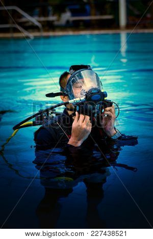 Instructor Diver Scuba Full Face Mask In Pool