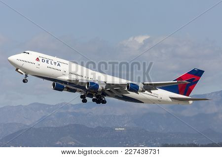 Los Angeles, California, Usa - March 10, 2010:  Delta Air Lines Boeing 747 Jumbo Jet Taking Off From