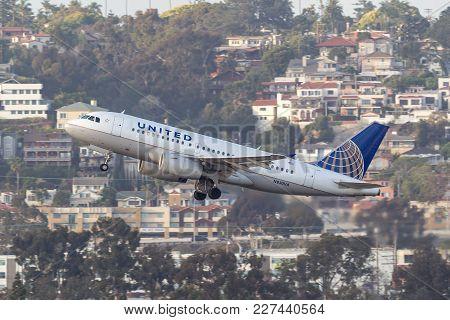 San Diego, California, Usa - April 30, 2013. United Airlines Airbus A319-131 N830ua Departing San Di