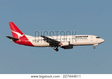 Melbourne, Australia - September 25, 2011: Qantas Boeing 737-476 Vh-tjj On Approach To Land At Melbo