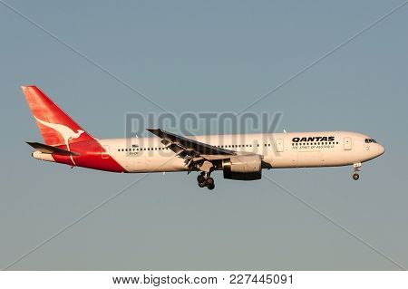 Melbourne, Australia - November 10, 2011: Qantas Boeing 767-336/er Vh-zxf On Approach To Land At Mel