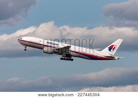 Melbourne, Australia - September 26, 2011: Malaysia Airlines Boeing 777-2h6/er 9m-mri Departing Melb