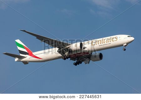Melbourne, Australia - September 28, 2011: Emirates Boeing 777-31h/er A6-ecs On Approach To Land At