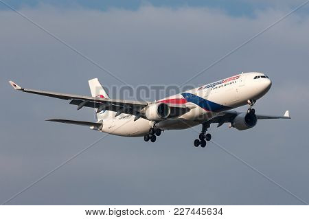 Melbourne, Australia - September 28, 2011: Malaysia Airlines Airbus A330-323x 9m-mtc On Approach To