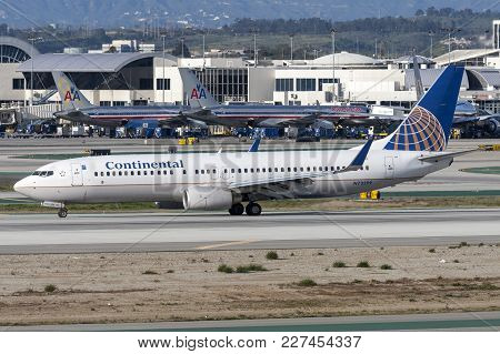 Los Angeles, California, Usa - March 10, 2010: Continental Airlines Boeing 737-800 Airplane At Los A