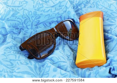 Set Safety Of The Beach. Sunglasses And Protective Cream. The Reflection In The Glasses. Oceanic Par