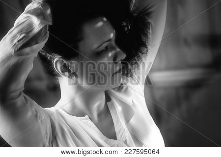 Female Model, Shadowy Face, Infrequent Light, Black-and-white Photo
