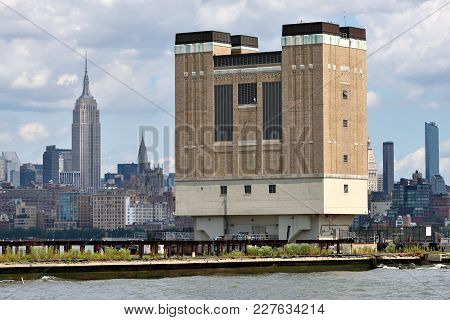 New York City, Usa - Aug. 25: Manhattan Skyline And Holland Tunnel Ventilation Building On August 25