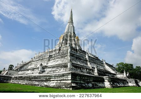 Phu Khoa Thong Pagoda Ancient Remains In  Ayutthaya, Thailand