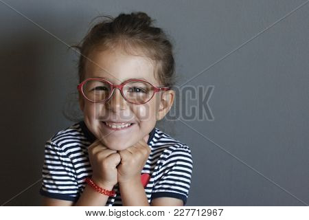The Little Girl First Put On Corrective Glasses And Saw The Worl