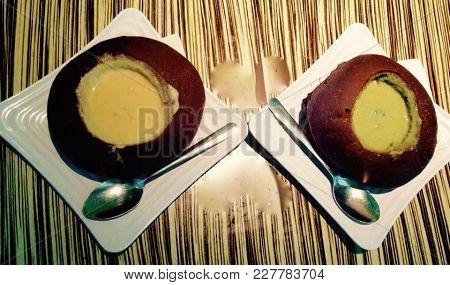 Dos Platos Con Comida Servida Sobre Mesa