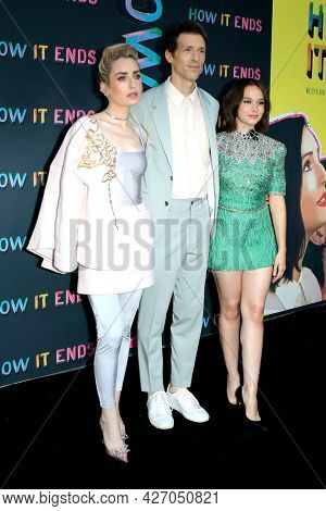 LOS ANGELES - JUL 15:  Zoe Lister-Jones, Daryl Wein, Cailee Spaeny at How It Ends LA Premiere at NeueHouse Hollywood  on July 15, 2021 in Los Angeles, CA