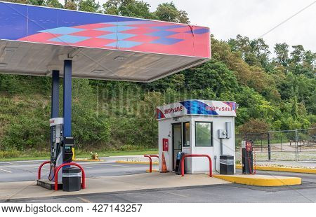 Wilkins Township, Pennsylvania, Usa July 18, 2021 Gas Pumps And The Attendant's Station At The Shop