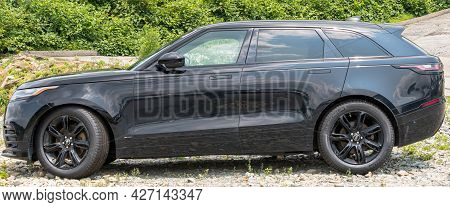 Monroeville, Pennsylvania, Usa July 18, 2021 A Black Suv Range Rover Velar Parked In A Lot At A Deal