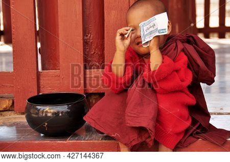 Burmese Novice Playing Money Of Receive Donate From Burma People And Foreign Travelers Visit Respect