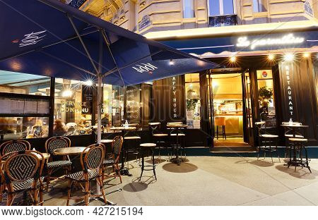 Paris, France-july 10, 2021 : The Traditional French Restaurant Le Parenthese Is Located On Montparn